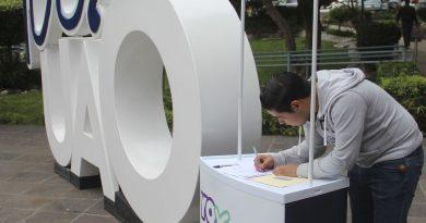 """Afuera del edificio de Rectoría, se instaló un módulo de recolección de firmas para la campaña """"Yo X la UAQ"""", en defensa del presupuesto de la Universidad, al cual puede acudir toda la comunidad universitaria y la sociedad en general. (Foto: Especial)"""