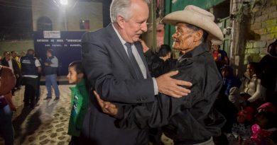 Enrique Vega entrega urbanización de calle en San Rafael