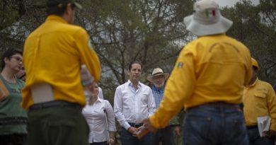 Supervisa Domínguez trabajos de contención del incendio en la Sierra Gorda