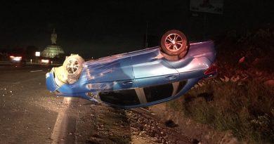 Conductora pierde el control de su vehículo, después de que un tráiler le echara lámina!